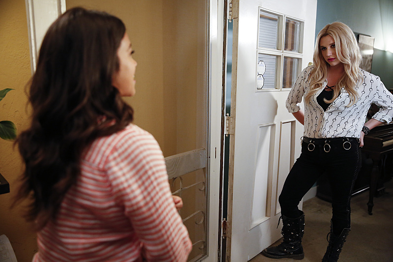 "Jane The Virgin -- ""Chapter Twenty-Four"" -- Image Number: JAV202a_0278.jpg -- Pictured (L-R): Gina Rodriguez as Jane and Kesha as Annabelle -- Photo: Greg Gayne/The CW -- © 2015 The CW Network, LLC. All rights reserved."